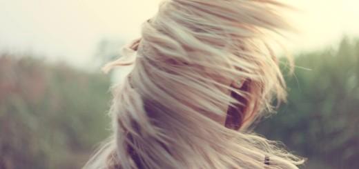 famme-cheveux-blonds