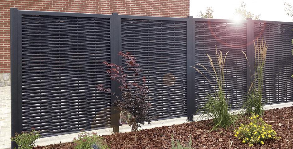 Des brises-vue tressés en aluminium pour protéger son jardin?