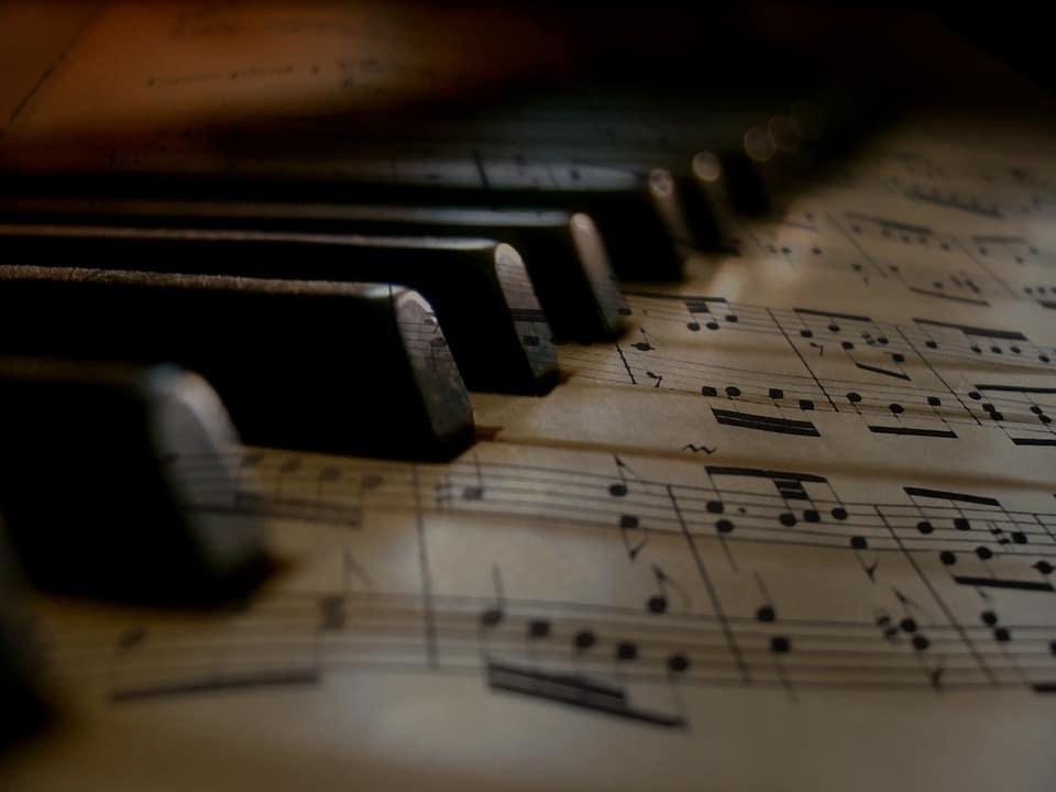 Commencer la guitare : la facilité des tablatures ou achat de partitions ?