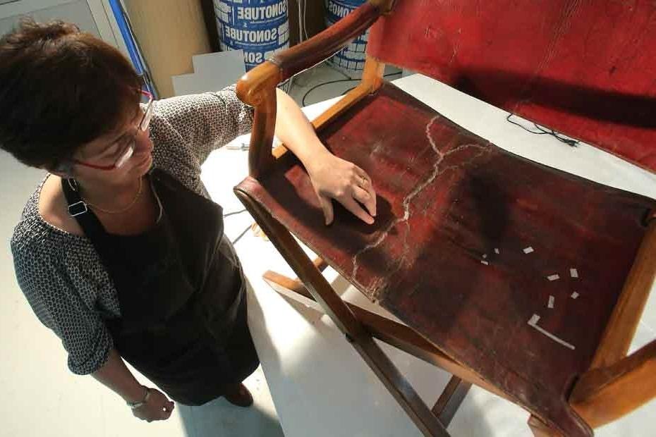 Comment l'employé de musée a déchiré le cuir du  fauteuil Napoléon 1er ?