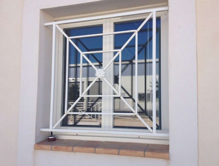 Comment installer une grille de d fense for Modele de grillage pour fenetre
