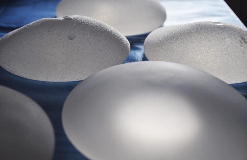 Implants mammaires et risques : tout ce que vous avez besoin de savoir