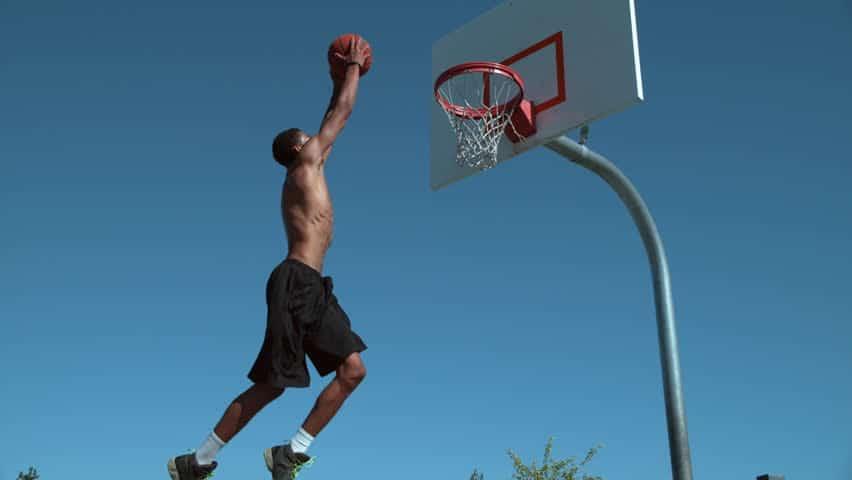 Panier de basket : peut-on dunker sur un panier fixé au mur ?