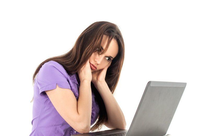 Une femme fatiguée devant son ordinateur